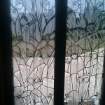 création de vitraux monte sur une porte d entrée